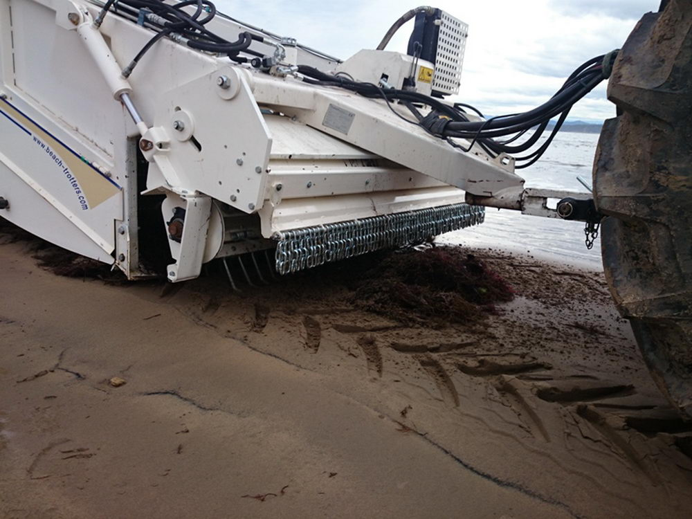 The best method is the one that protects the surface of the beach and remove the sargassum without taking off the sand.